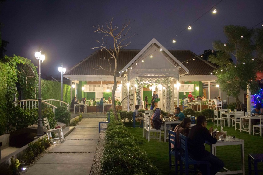 dinner romantic garden outdoor restaurant valentine