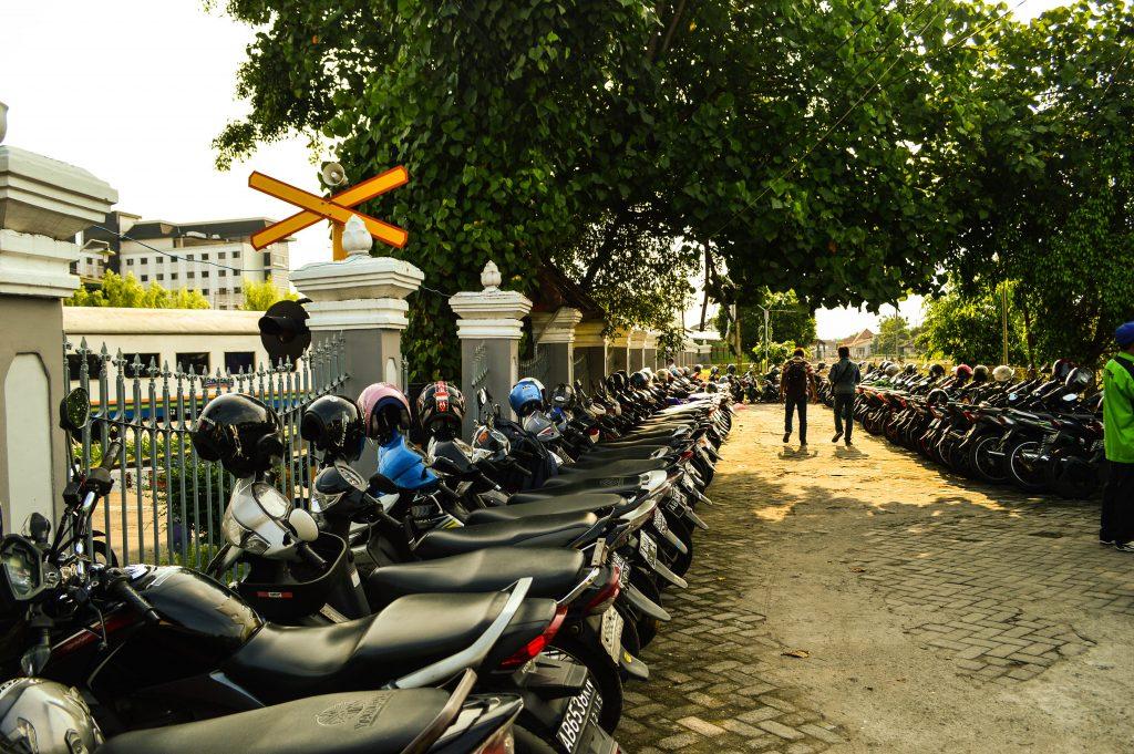 parking lot motor tempat parkir stasiun tugu