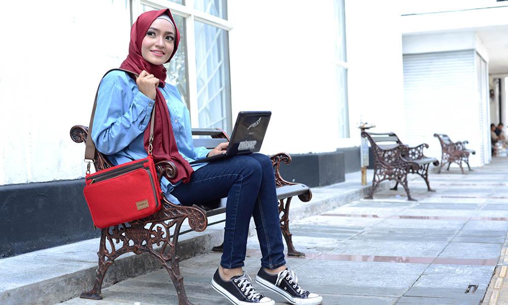 kuliah mahasiswa mahasiswi jogja kampus universitas perguruan tinggi sekolah belajar jilbab hijab cantik fashion sneakers