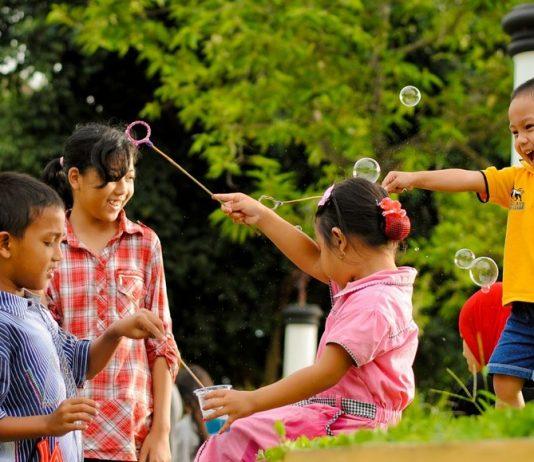 anak bocah indonesia bermain lagu belajar cewek cowok