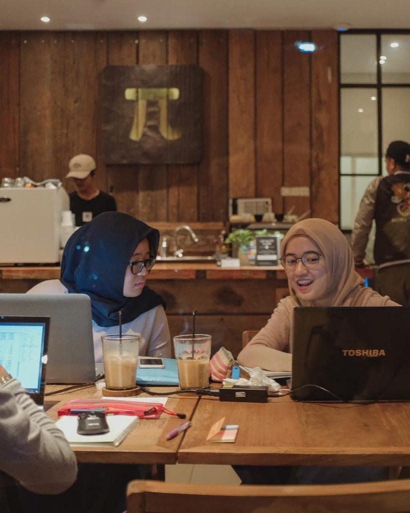 coffee shop jogja girl women jilbab kerudung kopi ethikopia skripsi kerja