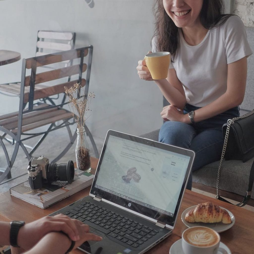 coffee shop women girl smile cewek kopi senyum skripsi kerja blanco book buku